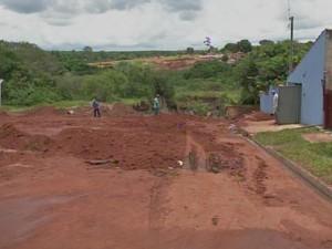 Rua onde existia buraco recebeu terra e será ainda asfaltada (Foto: Reprodução/ TV TEM)