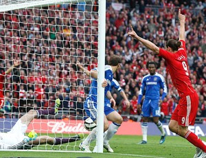 Andy Carroll comemora lance polêmico do Chelsea contra o Liverpool (Foto: Reuters)