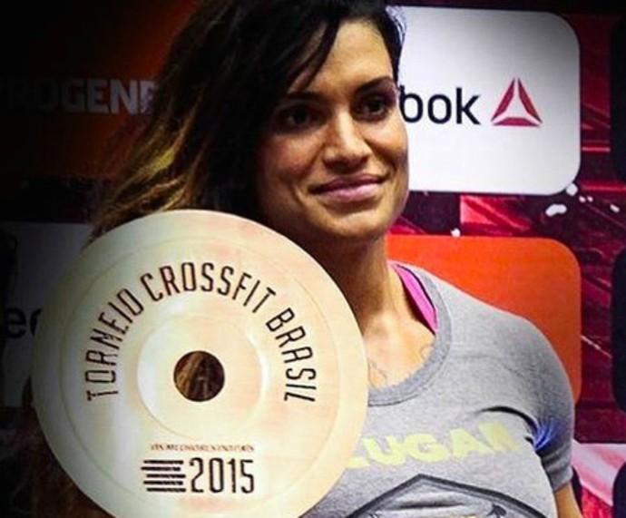 Tatiana Rebane recebendo prêmio em torneio de CrossFit. Tata ainda pratica boxe nas horas livres (Foto: Arquivo Pessoal)