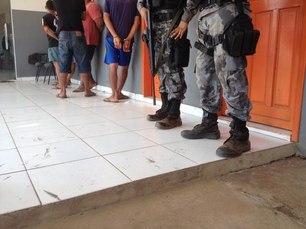 Vinte pessoas foram detidas na operação até as 10h  (Foto: Ísis Capistrano/ G1)