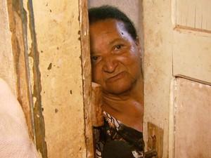 Dona Eva se tranca no banheiro com medo de sofrer novas agressões (Foto: Oscar Herculano Jr/EPTV)