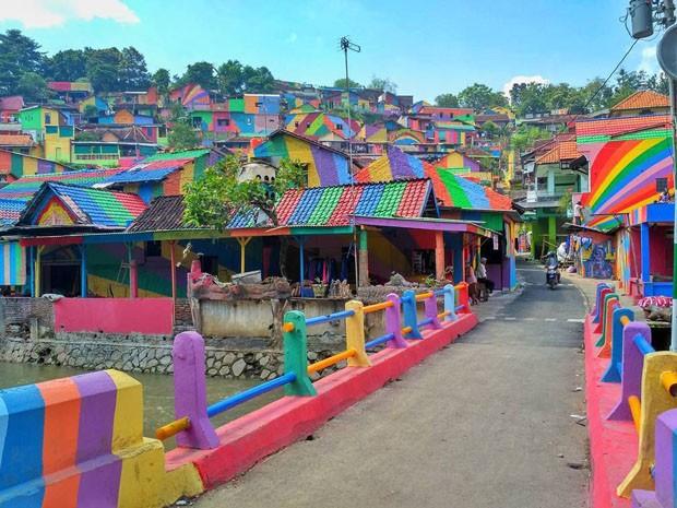 Favela na Indonésia ganha cor e vira ponto turístico (Foto: Divulgação)