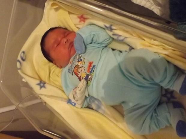 Mateus Gustavo nasceu com 5,340kg e medindo 55 centímetros (Foto: Juliana Balotin/ Diário do Iguaçu/ RedeComSC)