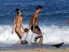 Fernanda Lima e Rodrigo Hilbert se divertem com filhos na praia