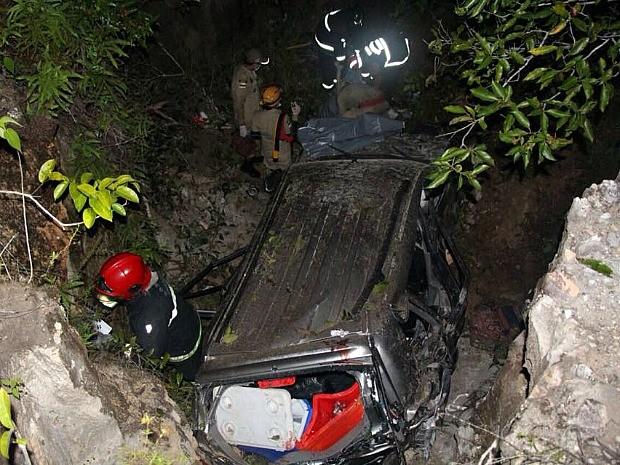 Corpo de Bombeiros fez o resgate das 7 vítimas que estavam no veículo (Foto: Divulgação/ Corpo de Bombeiros)