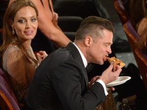 Brad Pitt come pizza durante cerimônia do Oscar 2014. Apresentadora Ellen DeGeneres serviu os atores da plateia. (Foto: John Shearer/Invision/AP)