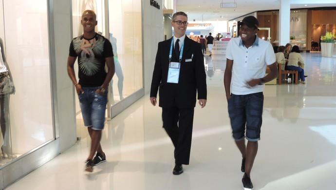 Beckeles e Garcia com o motorista da Fifa passeando pelo shopping (Foto: Alan Schneider)