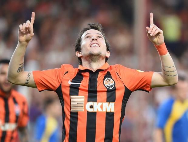 BLOG: Bernard acerta bela cobrança de falta, faz dois gols e dá assistência em goleada