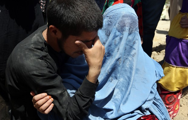 Irmão e mãe de Zarah durante seu enterro nesta quarta-feira em Cabul (Foto: Rahmat Gul/AP)