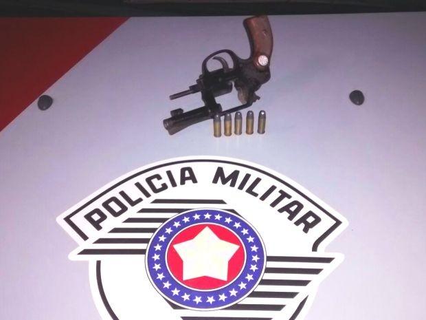 Adolescente foi apreendido com arma em Praia Grande (Foto: Divulgação/Polícia Militar)