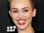Rapper? Miley Cyrus usa acessório dourado nos dentes