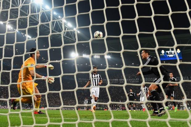 Buffon e Cristiano Ronaldo se enfrentaram em 2015 pela Champions League. Quem levará a melhor agora? (Foto: getty images)