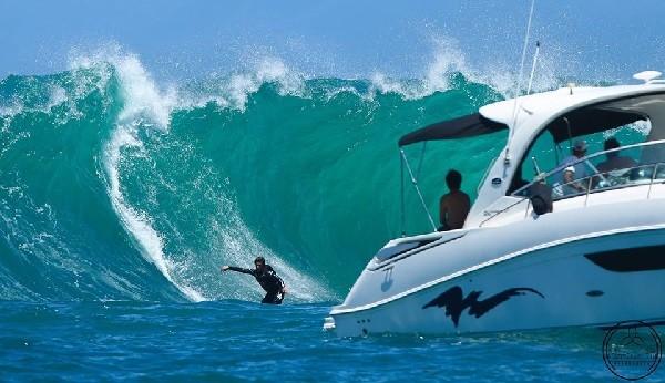 A lancha ajuda a dar uma noção do tamanho da onda