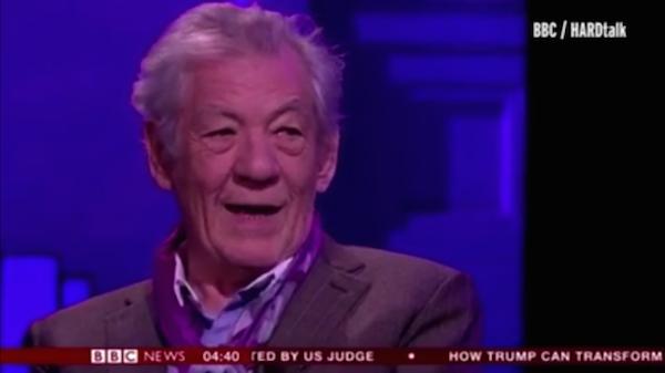 O ator Ian McKellen em entrevista ao canal BBC (Foto: Reprodução)