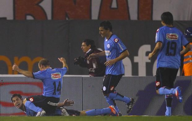 Jogadores do Belgrano comemoram gol contra o River Plate (Foto: AP)