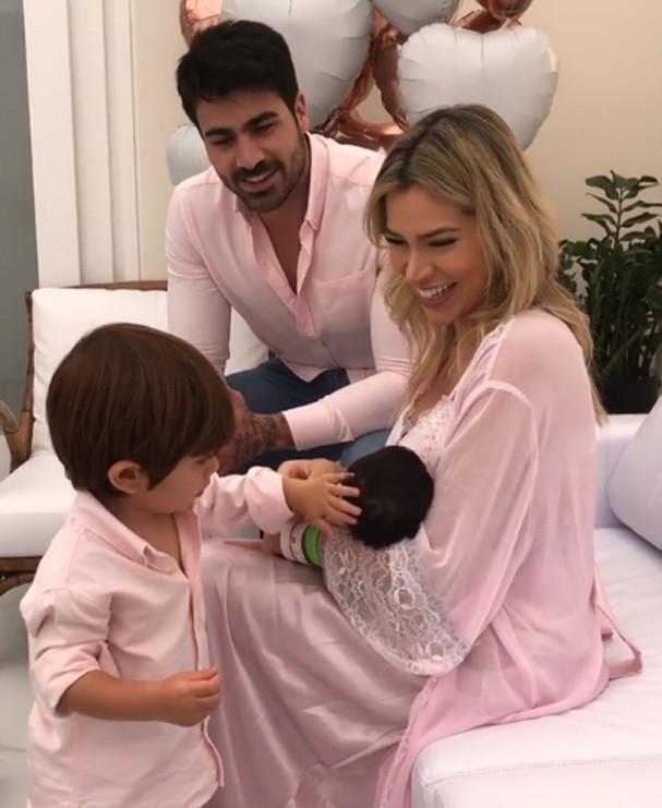 Adriana mostra Rodriguinho e Linda (Foto: Reprodução Instagram)