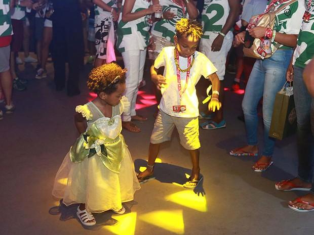 Filhos de Lázaro Ramos e Taís Araújo dançam em camarote de Salvador (Foto: Mauro Zaniboni /Ag Haack)