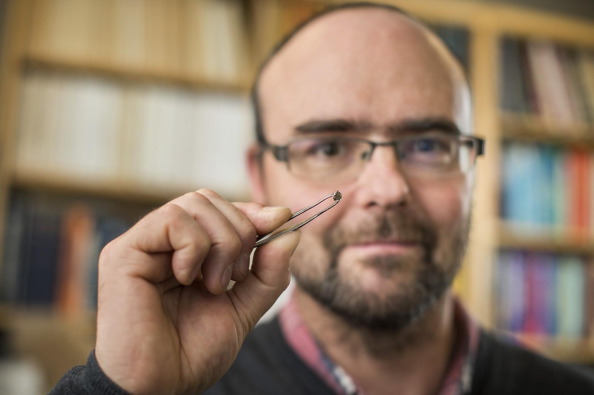 Pesquisador com a amostra obtida em solo brasileiro (Foto: Divulgação - Universidade de Alberta, Richard Siemens)