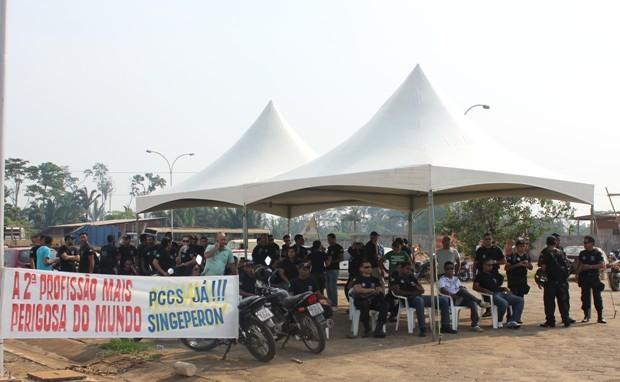 Agentes em greve se reuniram no pário do presídio Urso Branco, em Porto Velho. (Foto: Vanessa Vasconcelos/G1)