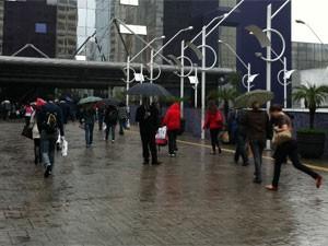 Paulistanos enfrentam frio e chuva neste domingo (Foto: Mariana Palma/G1)