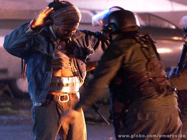 Ninho é flagrado com drogas durante a revista da polícia boliviana (Foto: Amor à Vida / TV Globo)