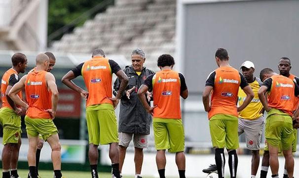 Após derrota na estreia, treinador do Vasco orienta os jogadores para a próxima partida (Foto: Marcelo Sadio/Reprodução: Globoesporte.com)