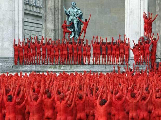 Ao atender pedido do fotógrado, parte dos voluntários pintou o corpo de vermelho.  (Foto: Michaela Rehle / Reuters)