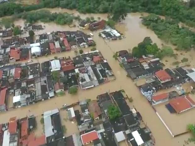 Imagem feita com drone mostra inundação em Capivari após cheia do rio que corta a cidade (Foto: Reprodução/EPTV)