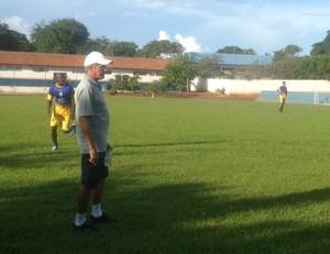 Roberto Oliveira observa treino coletivo antes da decisão na Copa do Brasil (Foto: Vilma Nascimento/GloboEsporte.com)
