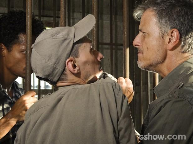 Romildo explica para Kléber que as chaves da delegacia estão com André (Foto: Além do Horizonte/TV Globo)