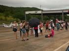 Manifestantes ocupam praças de pedágio e abrem cancelas, no PR