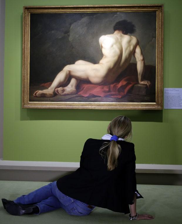 'Sem querer', mulher repete pose de quadro de homem nu em museu (Foto: Kenzo Tribouillard/AFP)