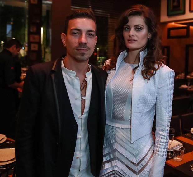 Di Ferrero e Isabeli Fontana (Foto: Raphael Castello/AgNews)