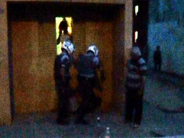 Moradores registram em vídeo ação da Polícia Militar (PM) com soco e chute em porteiro em Campinas (Foto: VC no G1)