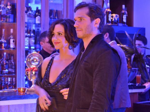Manoela fica realizada ao chegar no restaurante com Fábio e encontrar Juliana (Foto: Guerra dos Sexos/ TV Globo)