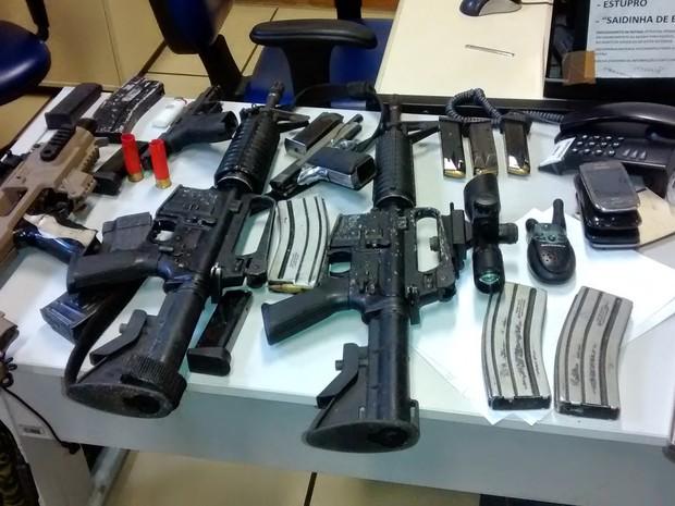 Três fuzis, pistolas e drogas foram apreendidos com traficantes (Foto: Eduander Silva/Arquivo pessoal)