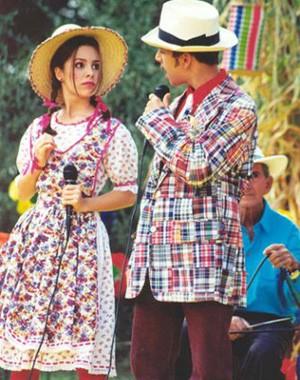 Sandy toda lindinha de caipira com o irmão, Junior, na época do seriado que eles tinham na TV (Foto: Reprodução/TV Globo)