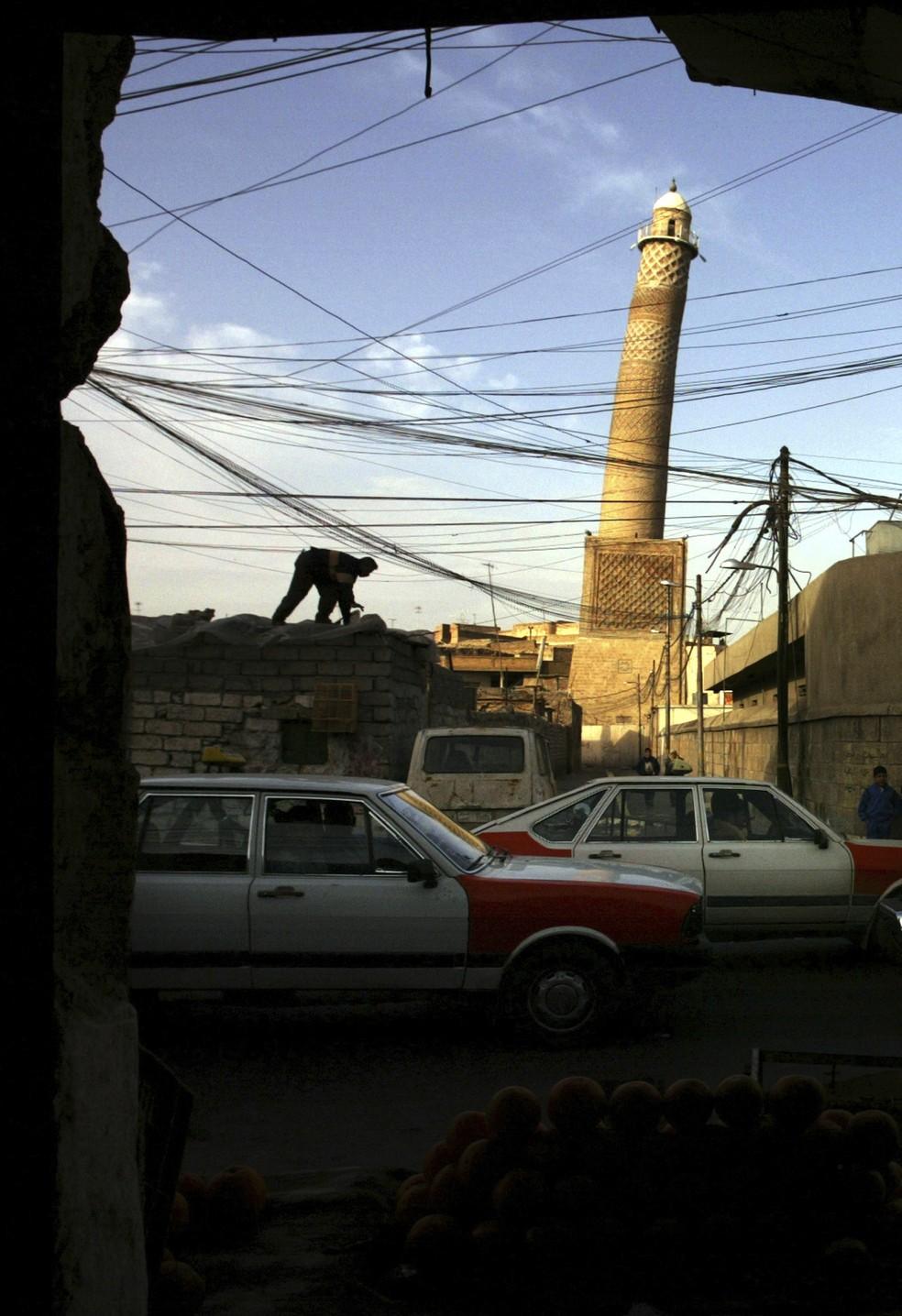 O emblemático minarete inclinado da mesquita da cidade velha de Mossul (Foto: Reuters)