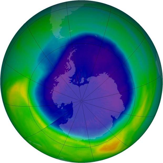 Ilustração com base em observações de satélites da Nasa permite identificar área do buraco na camada de ozônio, acima da Antártida. (Foto: Nasa)