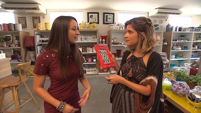 Isabela de Andrade e Paula Magalhães garimpam objetos de decoração (Foto: TV Bahia)