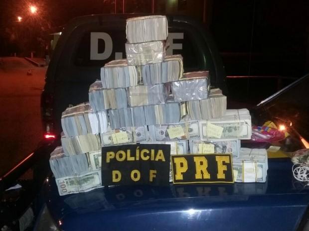 Dólares apreendidos em Corumbá, MS, nesse sábado (Foto: PRF/Divulgação)