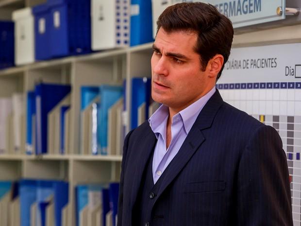Marcos olha com raiva para a secretária e não gosta do que vê (Foto: Artur Meninea/ Gshow)