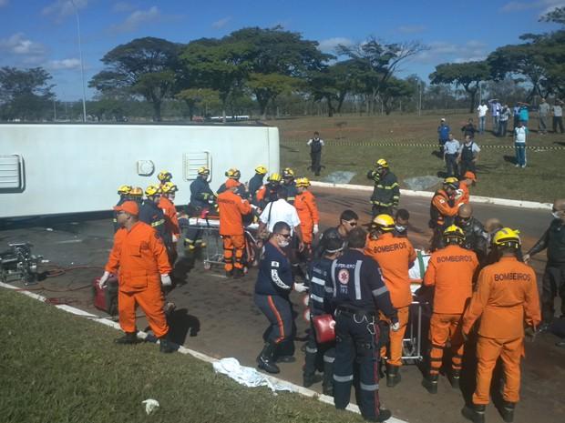 Bombeiros fazem atendimento de vítimas de acidente de ônibus que tombou em Brasília (Foto: Gabriella Julie/G1)