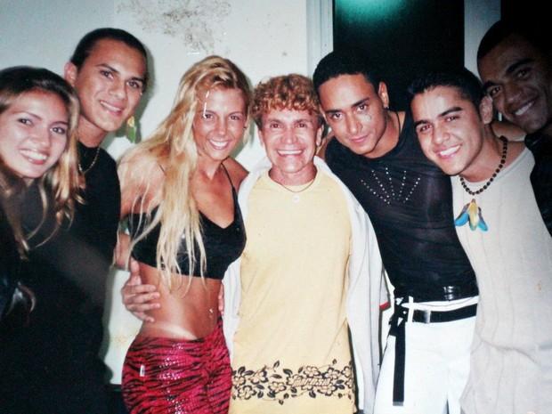 Dançarinos do Carrapicho ao lado da dançarina Carla Perez do 'É o Tchan', o cantor Xanddy e do jogador Denilson Araújo (Foto: Leandro Tapajós/G1AM)