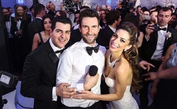 Adam Levine com os noivos (Foto: Reprodução/Instagram)