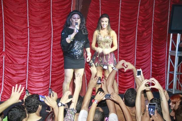 Nicole Bahls e coroada rainha em boate gay (Foto: Isac Luz / EGO)