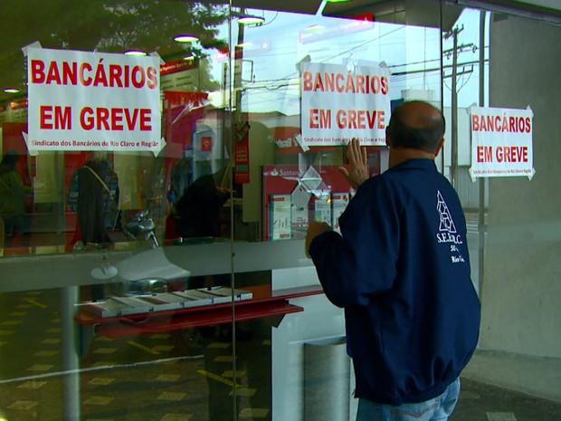 Bancários da região de São Carlos aderem à greve da categoria (Foto: Wilson Aiello/EPTV)