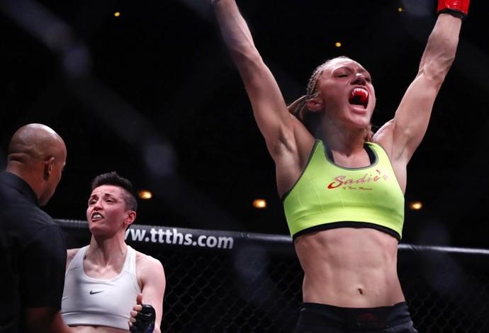 Amber Brow comemora a vitória por finalização contra a irlandesa Catherine Costigan (Foto: Evelyn Rodrigues)