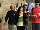 Durante passeio com o pai, Lívian Aragão fotografa paparazzo