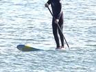 Robert Pattinson pratica stand up paddle em praia nos Estados Unidos